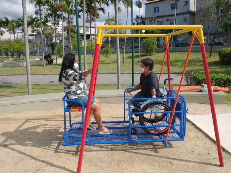 Cadeira de balanço acessível no Parque Madureira